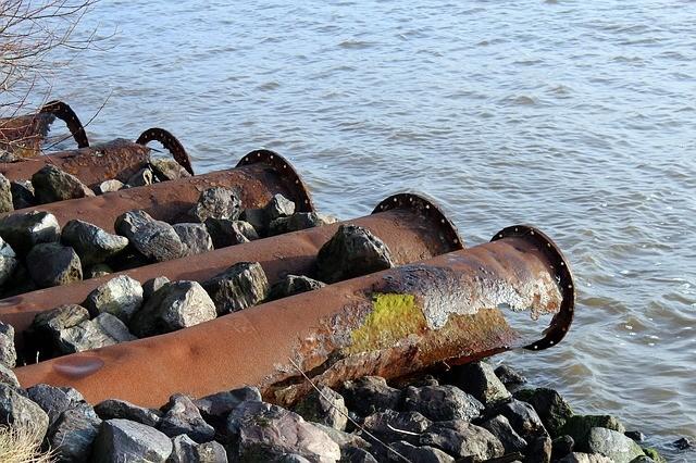 Abflussrohre am Ufer eines Gewässers